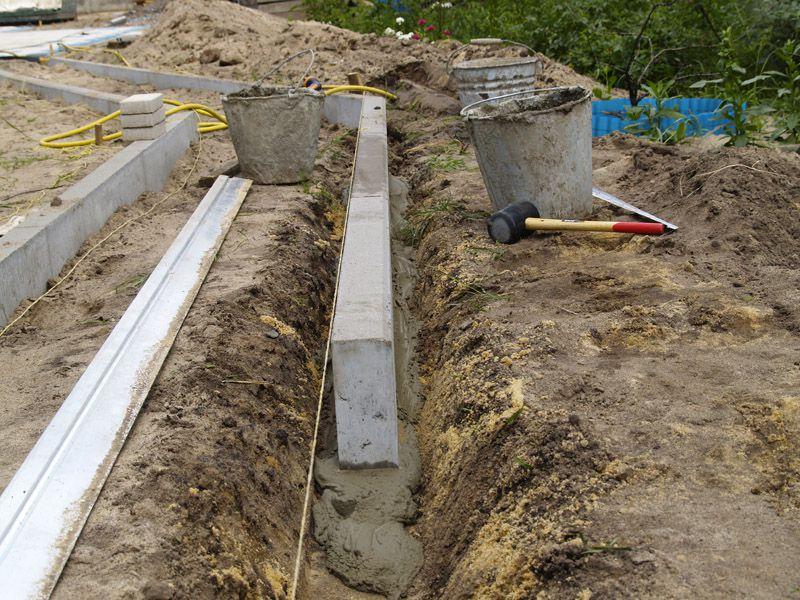 Или можно использовать длинный бетонный бордюр, заранее отлитый в узких формах