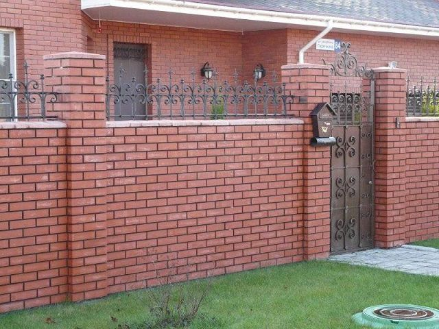 Кирпичный забор отлично гармонирует с кирпичным домом