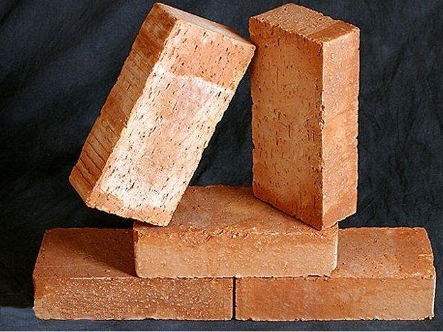 Красный обожженный кирпич подойдет для стенок камина