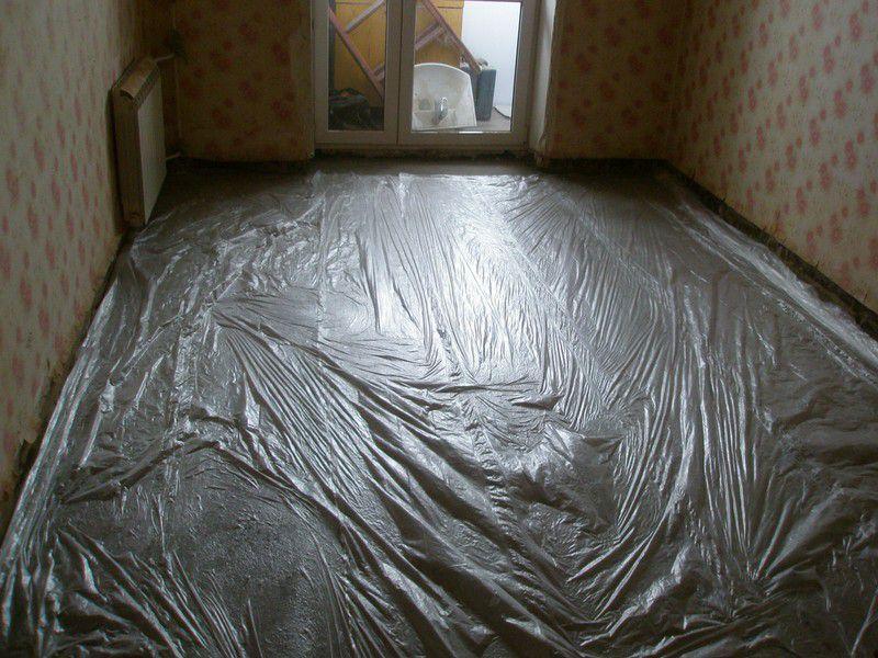 Когда по поверхности уже можно аккуратно пройти, всю площадь стяжки необходимо укрыть пленкой или гидробарьером