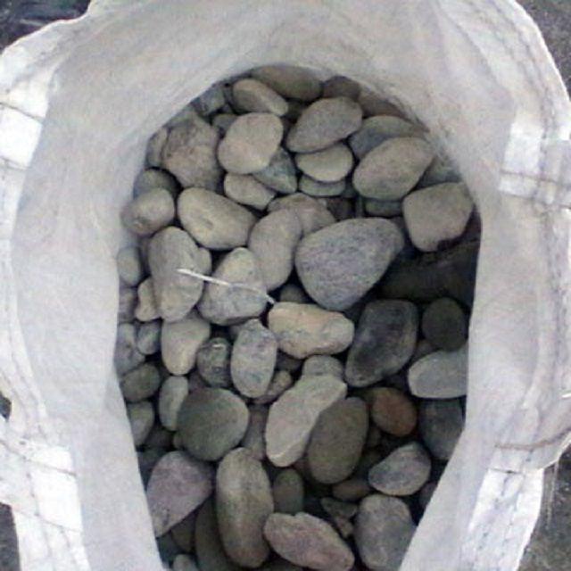Необходимо заготовить достаточное количество качественного речного камня