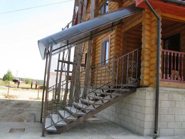 Металлическое крыльцо с крышей-навесом из поликарбоната