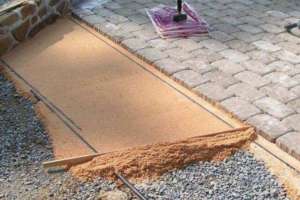 Отсыпка и выравнивание песка
