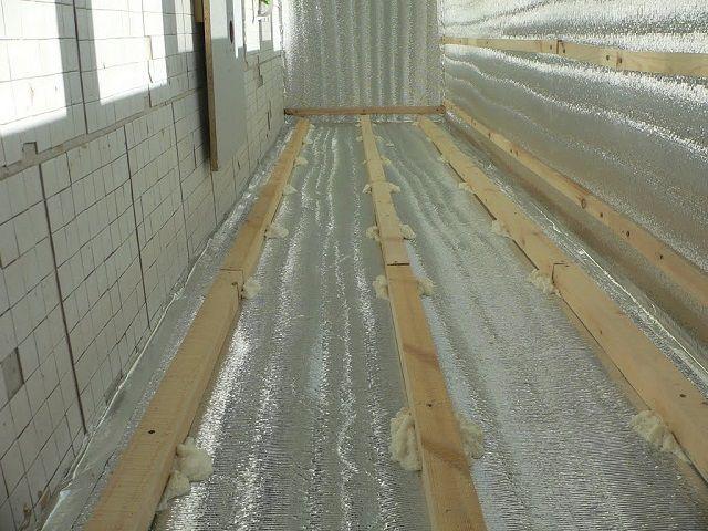 Помещение балкона, покрытое фольгированный пенофлексом
