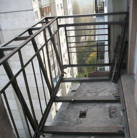Перед началом работ следует очень тщательно проверить состояние перекрытий балкона, целостность всех его конструкций