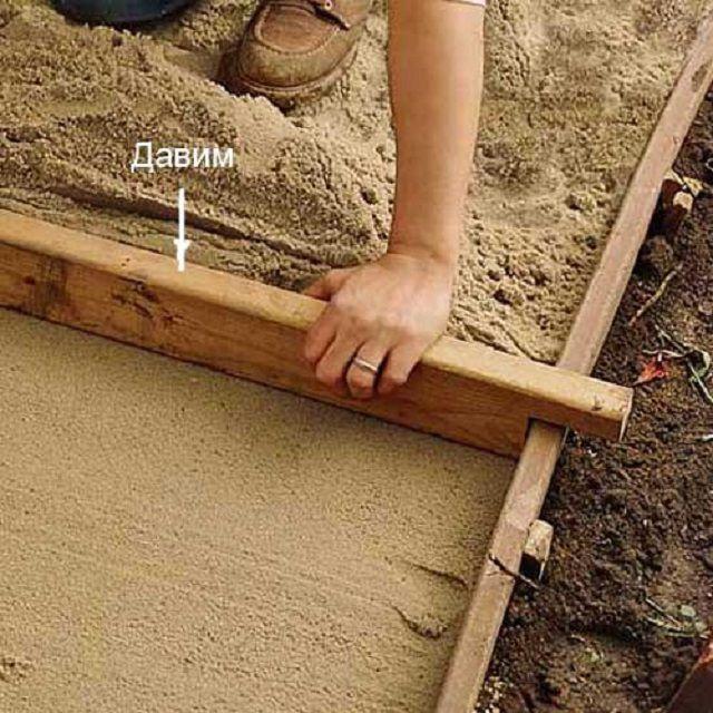 Разравнивание песчаной подложки правилом