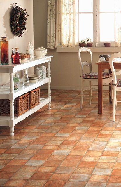 Для кухни обычно выбирают светлые, но не однотонные расцветки линолеума