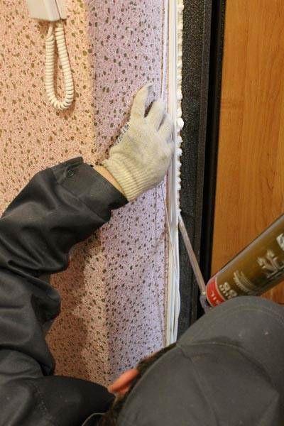 Полиуретановой пеной заполняются монтажные зазоры