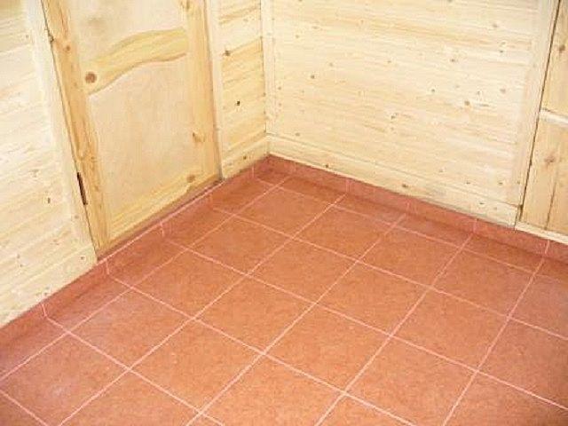 Пол выгодно выложить прочной керамической или керамогранитной плиткой