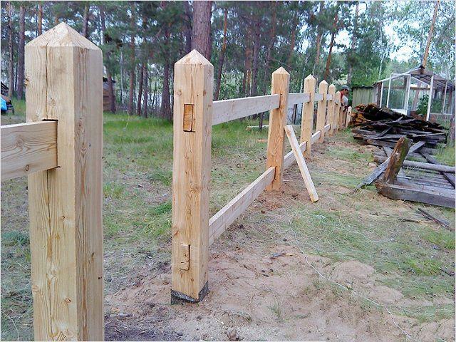 Один из вариантов монтажа перекладин на деревянном заборе