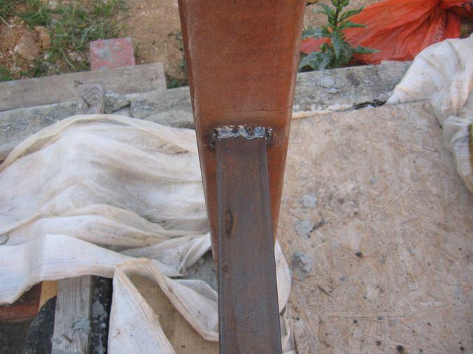 Привариваем к столбам для ворот поперечные трубы забора