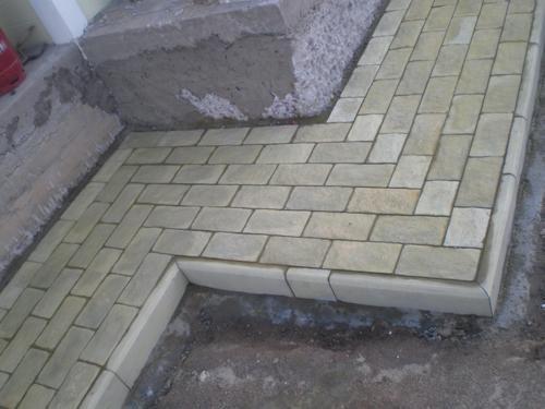 При желании отмостку можно декорировать тротуарной плиткой