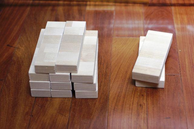 При помощи пилы, распиливаем доску на несколько частей, чтобы у нас вышло 2 бруска по 6 см и 11 брусков по 5 см