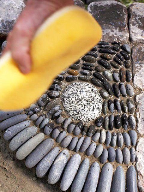 Окончательная очистка поверхности каменной мозаики