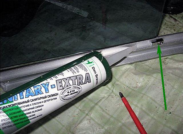 Сверху и снизу стекла уплотняются герметиком