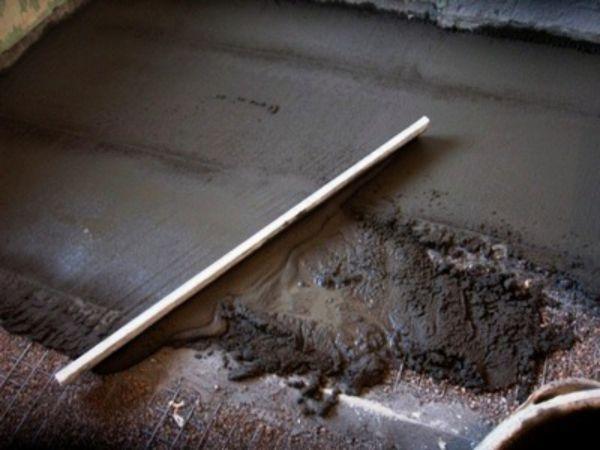 Стяжка из цементно-песчаного раствора в гараже
