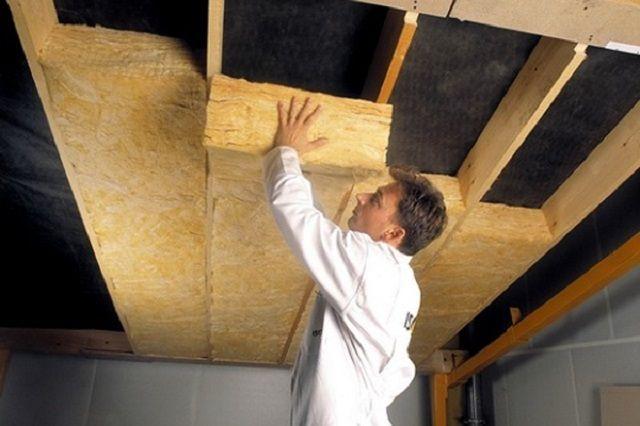 Укладка утеплительных плит на потолке