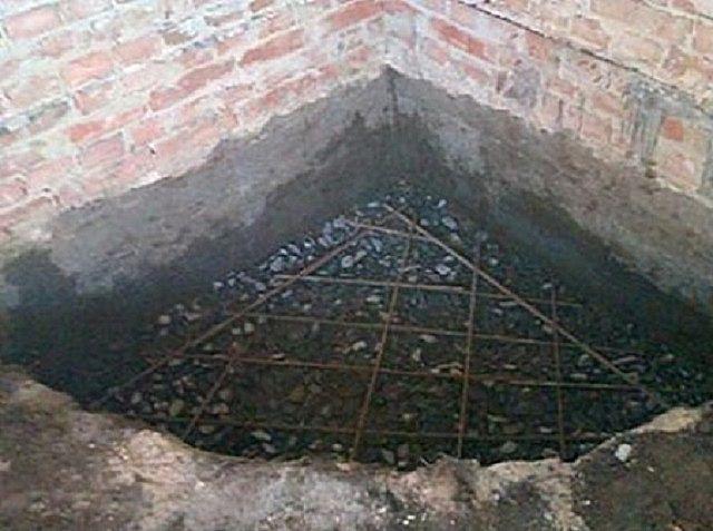 Котлован для фундамента повторяет форму углового камина