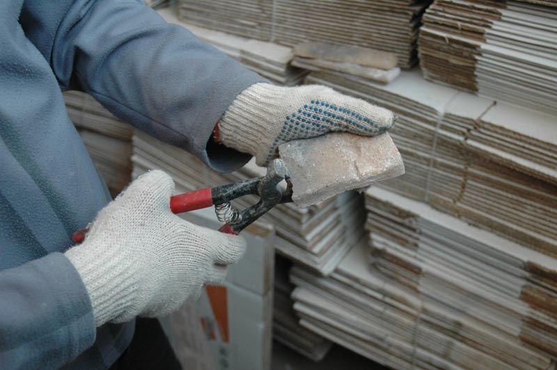 Чтобы вернуть распиленной плитке утраченную «характерную неровность», срез обрабатывают кусачками