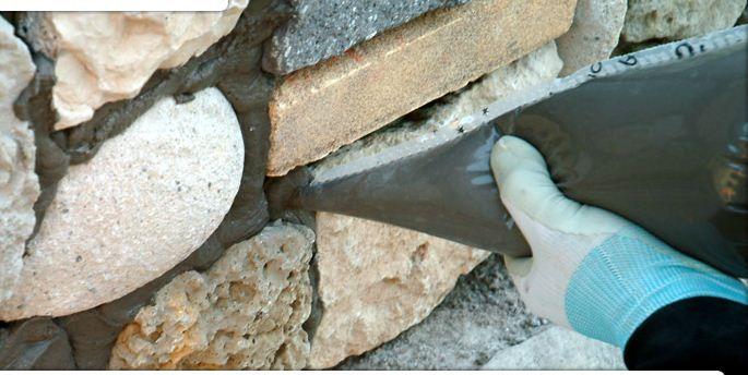 Швы между камнями заполняются раствором