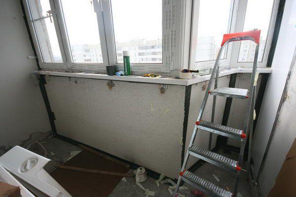 Щели между бетонными плитами ограждения проклеены герленом