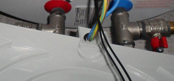 Обрезаем кабель до нужной длины. Продеваем его через отверстие в крышке бойлера