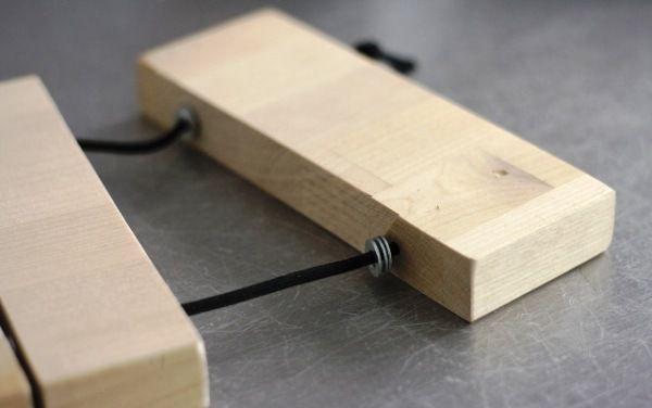 Протягиваем шнур через все бруски, пользуясь шайбами в виде разделителей (по 3 штуки)