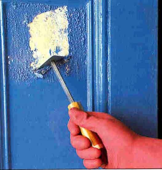 Растворитель наносится на небольшие участки поверхности; шабером или шпателем размягченная краска удаляется