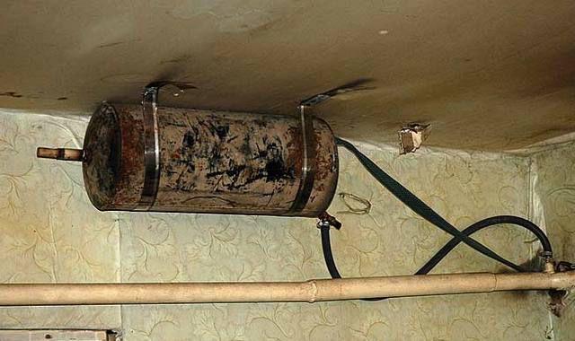 Хозяин дома нашел выход - разместил расширительный бак под потолком