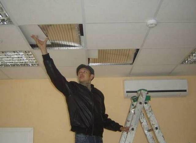Между ПЛЭН и подвесным потолком обязательно выдерживается воздушный зазор от 10 до 150 мм