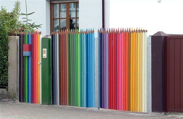 Частокол из «цветных карандашей», необычное цветовое решение