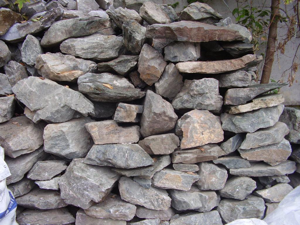 Бутовый камень (булыжник), крупные куски различной формы с длиной ребра 50—350 мм, получаемые из плотных пород ледникового происхождения