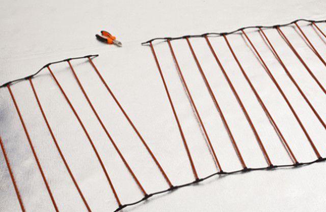 При укладке один проводник можно обрезать по центру между стержнями