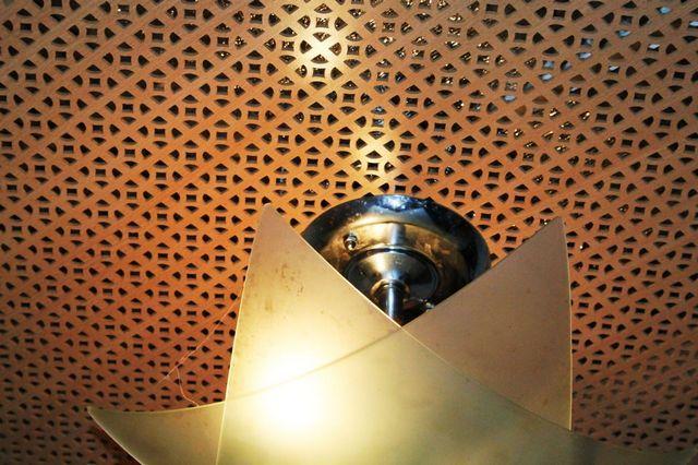 Декоративная решетка на потолке закрывает смонтированное отопление ПЛЭН