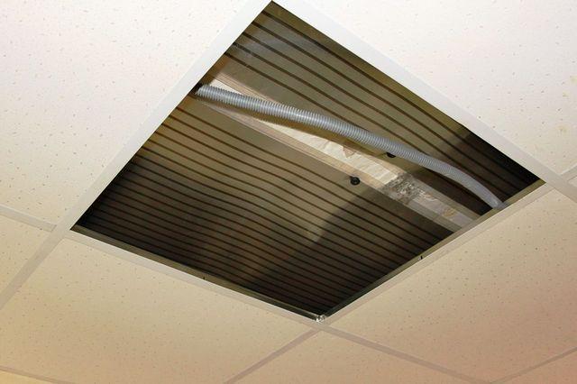 """Полотна ПЛЭН очень хорошо размещаются над потолочными системами """"Армстронг"""""""