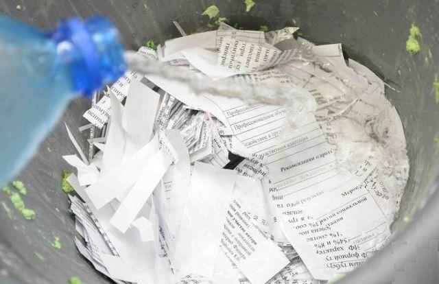 Бумагу измельчают и заливают водой