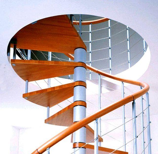 Верхняя ступень обычно заходит на поверхность пола второго этажа
