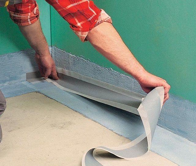Проклеивание углов помещения гидроизоляционной лентой