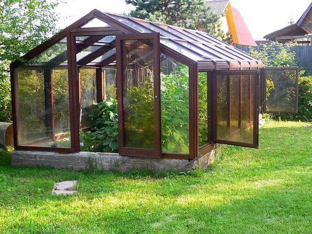 На деревянный каркас нередко устанавливаются рамы со стеклопакетами