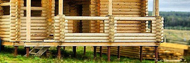 Деревянный дом на металлических опорах