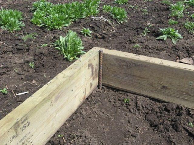Фиксация положения деревянной рамы на грунте
