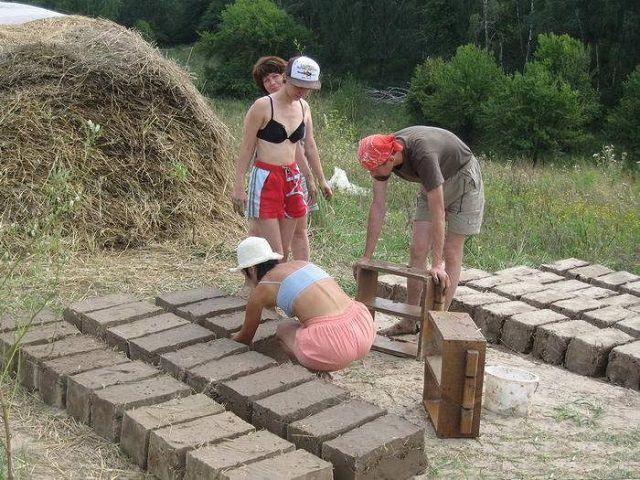Изготовление саманных кирпичей из глины и соломы