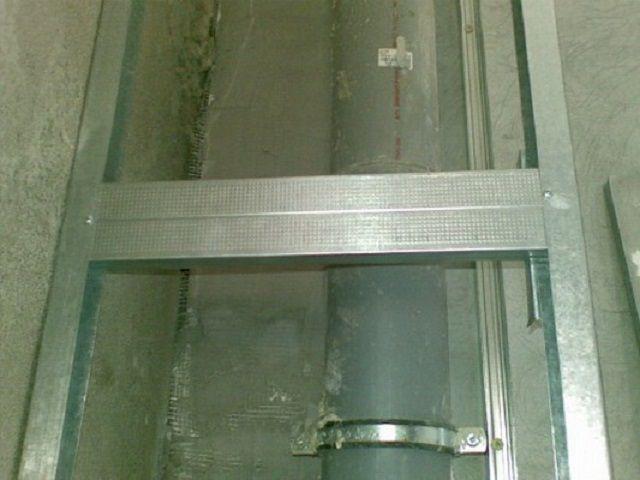 Для канализационного стояка часто приходится сооружать отдельный короб