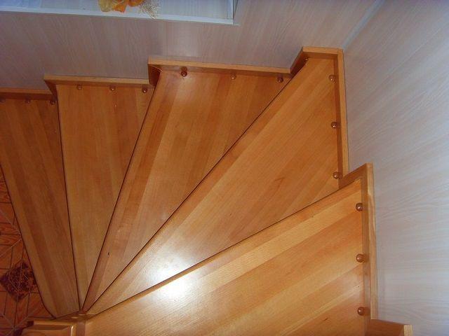 Если лестница будет опираться на стену, то это сразу учитывается при разметке места монтажа