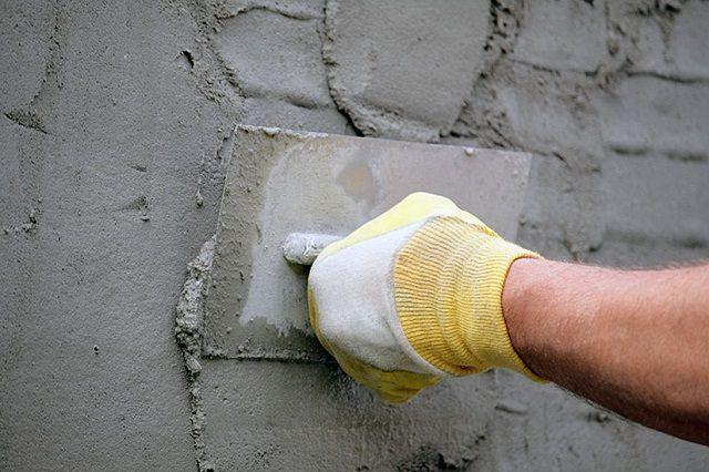 """Раствор должен хорошо """"расходиться"""" по плоскости стены, но не стекать вниз"""