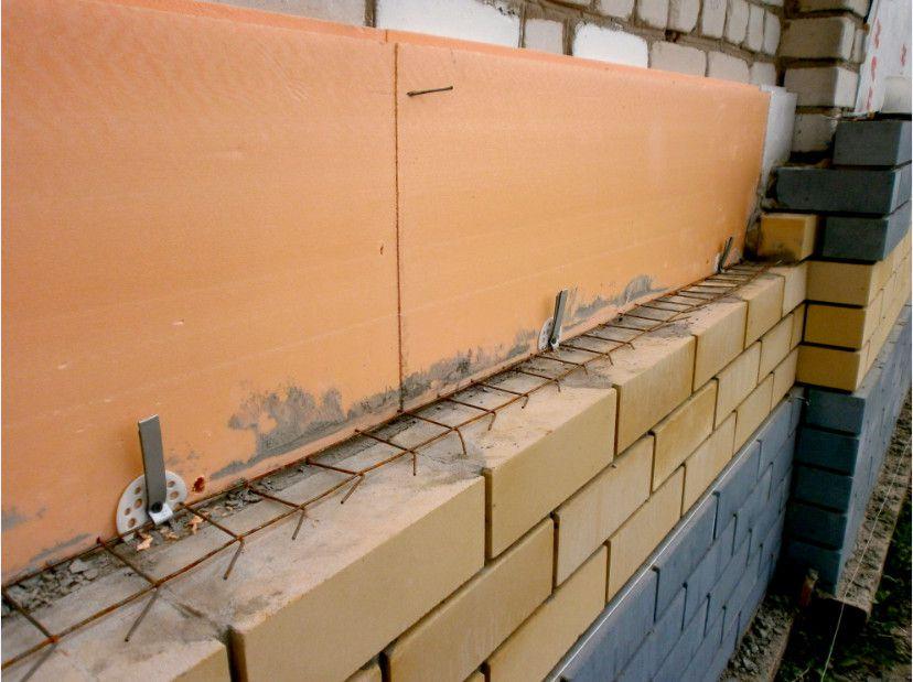 На фото показано, как можно крепить облицовку с помощью кладочной сетки и пластиковых зонтиков при утеплении стен ЭППС или пенопластом