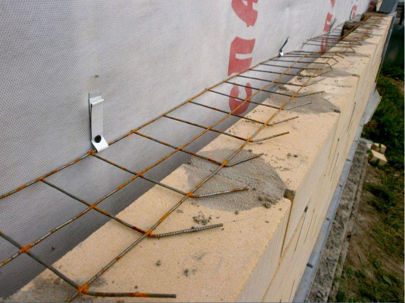 Облицовочную кирпичную кладку необходимо крепить к стенам дома