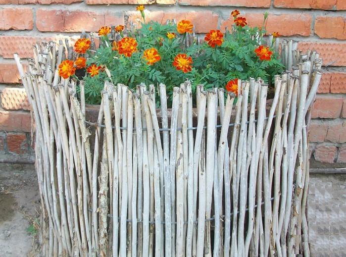 Плетень - ограда для клумбы