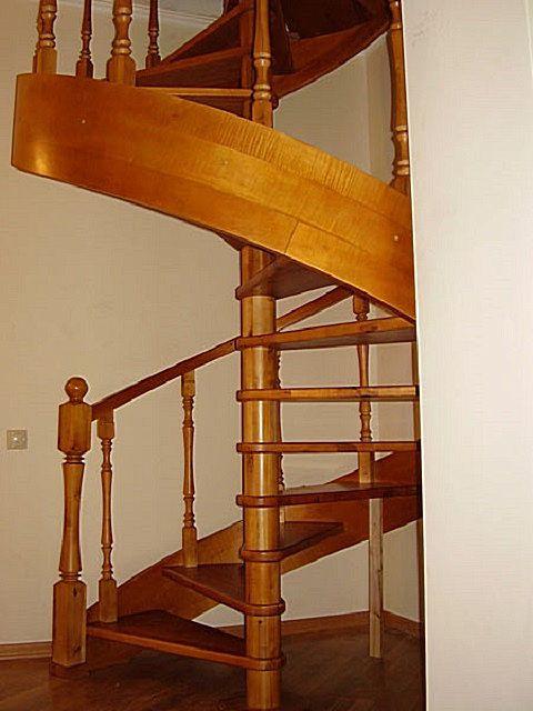 Нередко снаружи конструкцию лестницы прикрывают широким витым плинтусом