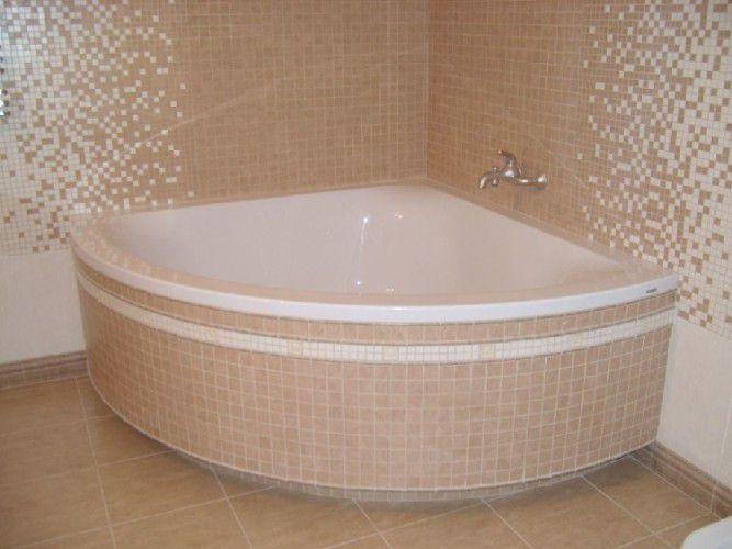 Пример ванны, установленной на кирпичи, с отделкой плиткой